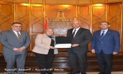 رئيس الجامعة يكرم كلية السياحة و الفنادق لحصولها على شهادة تقدير من وزارة التخطيط